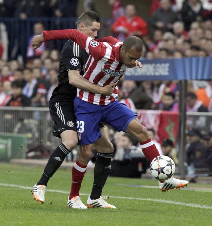 El defensa brasileño del Atlético de Madrid Joao Miranda (d) pelea un balón con el delantero español del Chelsea Fernando Torres. Foto: EFE