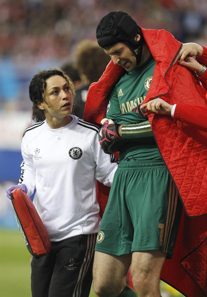 El portero del Chelsea, Petr Cech, sale lesionado del terreno de juego durante el partido de ida de semifinales de la Champions. Foto: EFE