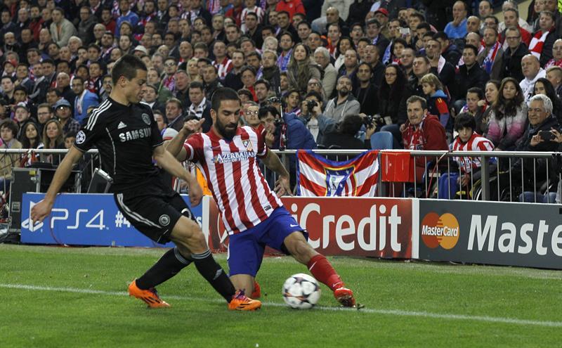 El centrocampista turco del Atlético de Madrid Arda Turan (d) pelea un balón con César Azpilicueta (i), del Chelsea. Foto: EFE