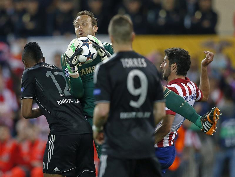 El portero australiano del Chelsea Mark Schwarzer (2i) sujeta el balón ante el centrocampista del Atlético de Madrid Raúl García. Foto: EFE