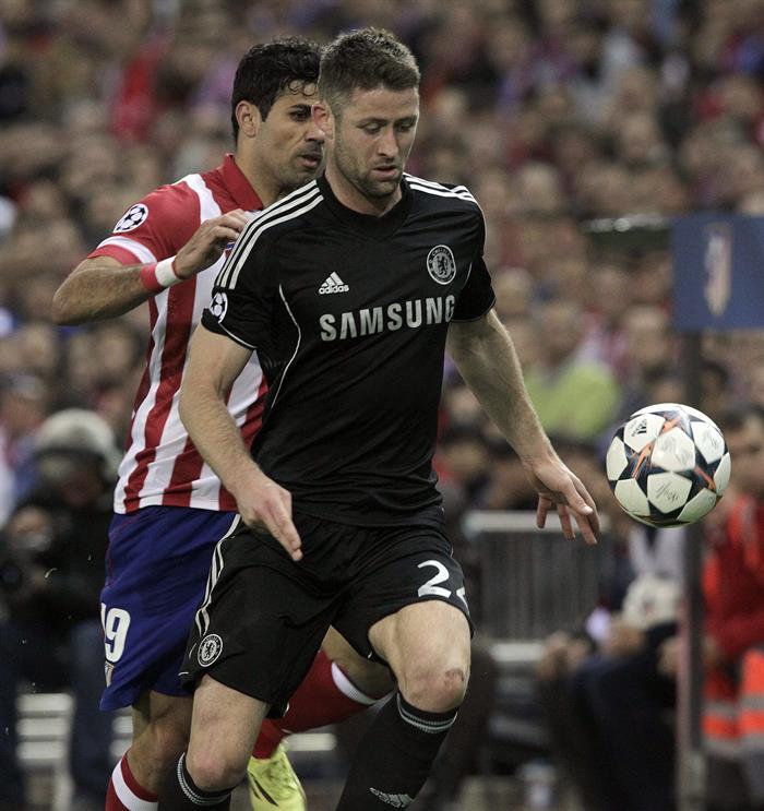 El delantero del Atlético de Madrid Diego Costa (detrás) pelea un balón con el defensa Gary Cahill, del Chelsea. Foto: EFE