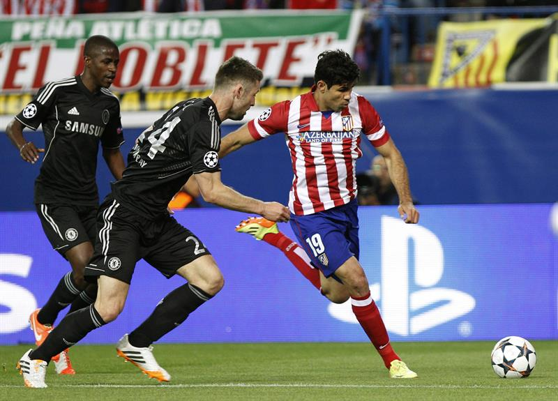 El delantero del Atlético de Madrid Diego Costa (d) disputa un balón con el defensa del Chelsea Gary Cahill (c) y el centrocampista brasileño Ramires. Foto: EFE
