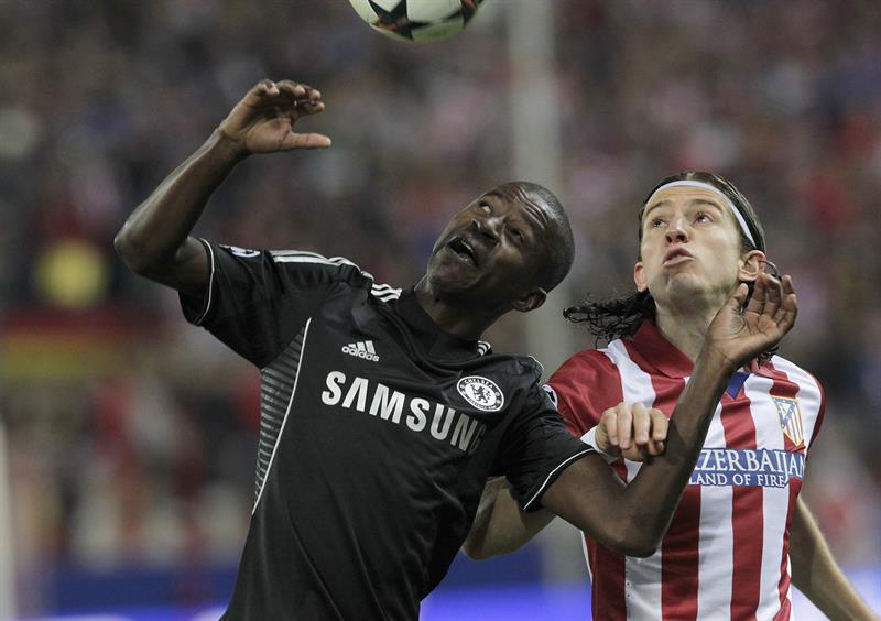 El lateral brasilkeño del Atlético de Madrid Filipe Luis (d) pelea un balón con el brasileó Ramires, del Chelsea. Foto: EFE