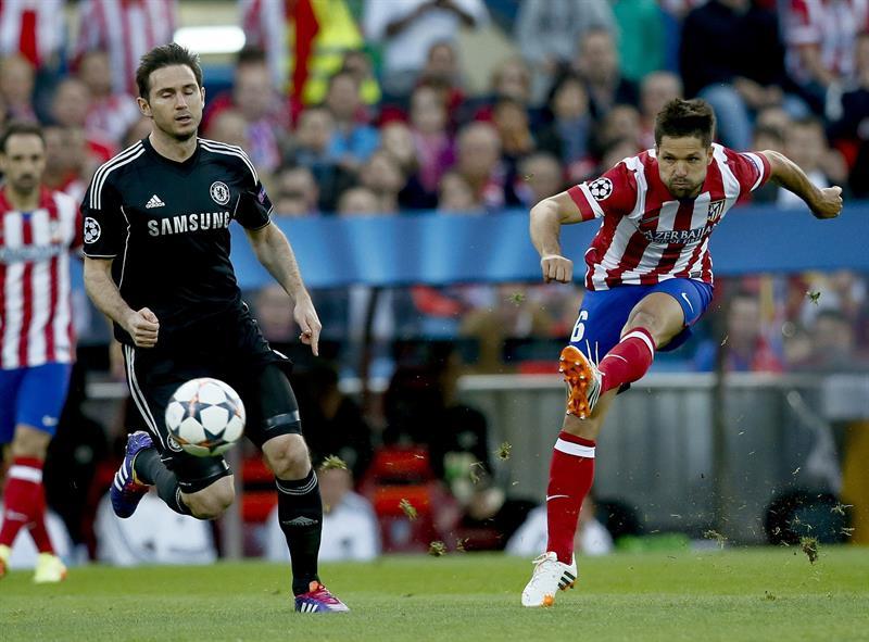 El centrocampista brasileño del Atlético de Madrid, Diego Ribas (d), dispara a puerta ante el centrocampista del Chelsea, Frank Lampard (i). Foto: EFE