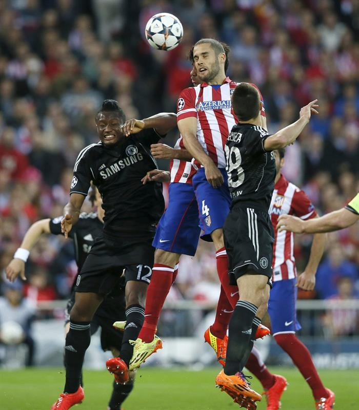 El delantero del Atlético de Madrid Diego Costa y su compañero, el centrocampista Mario Suárez (2d). Foto: EFE