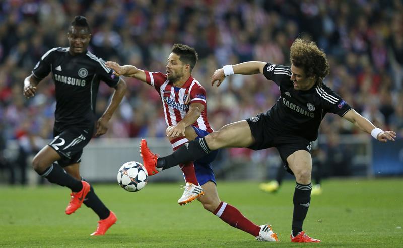 El centrocampista brasileño del Atlético de Madrid Diego Ribas (c) pelea un balón con los jugadores del Chelsea, John Obi Mikel (i) y David Luiz. Foto: EFE