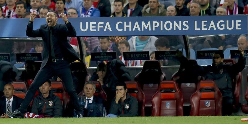 El entrenador del Atlético de Madrid, el argentino Diego Simeone, en la banda durante el partido ante el Chelsea. Foto: EFE