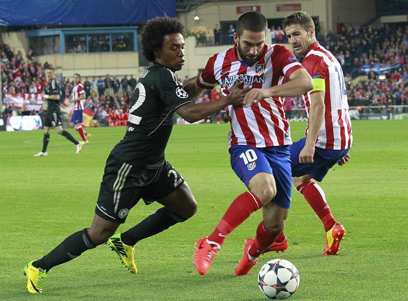 El centrocampista turco del Atlético de Madrid, Arda turan (c), y el brasileño Willian (i), del Chelsea. Foto: EFE