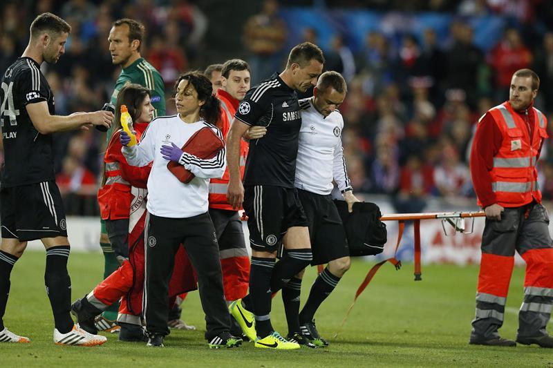 El capitán del Chelsea, John Terry (3-d), abandona el terreno de juego durante el partido de ida de las semifinales de la Liga de Campeones. Foto: EFE