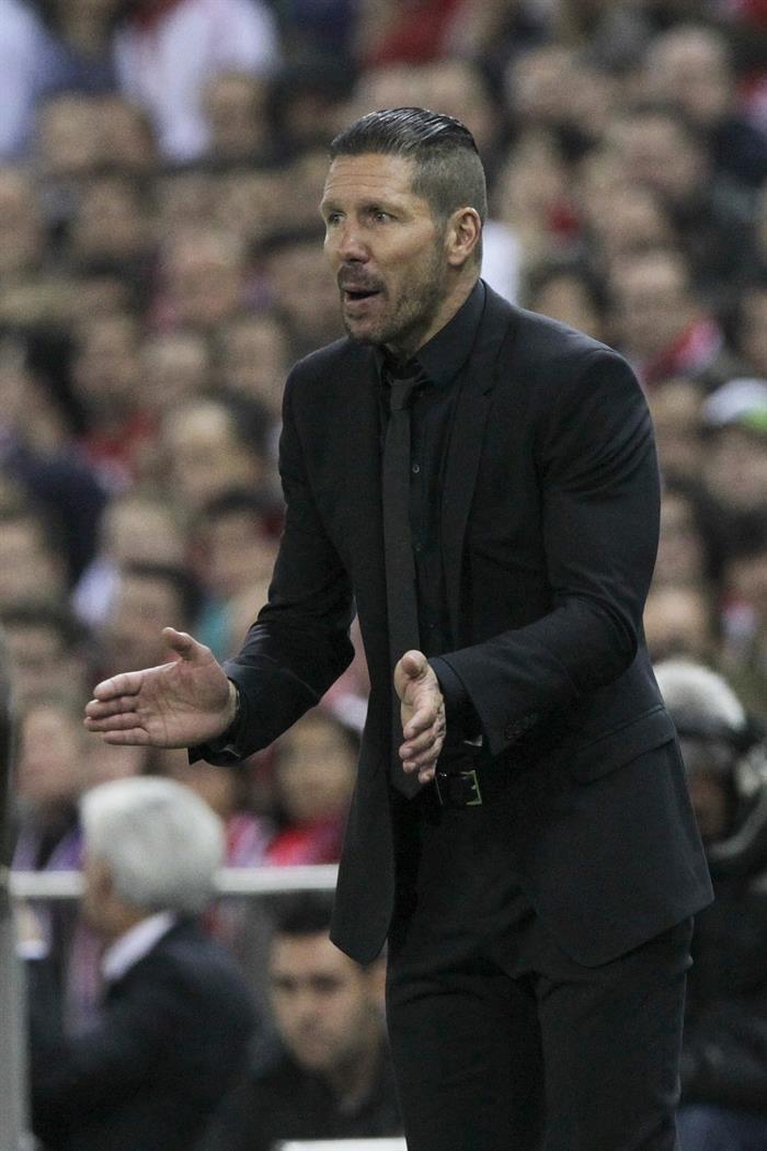 El entrenador argentino del Atlético de Madrid Diego Pablo Simeone anima a su equipo. Foto: EFE
