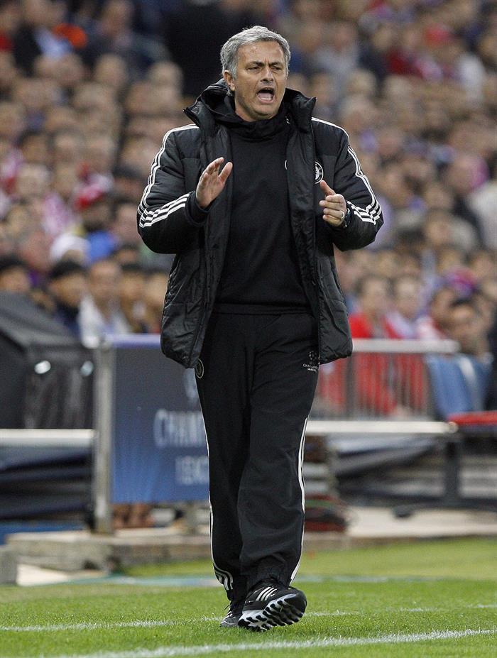 El entrenador del Chelsea, José Mourinho, da instrucciones durante el partido de ida de semifinales de la Liga de Campeones. Foto: EFE