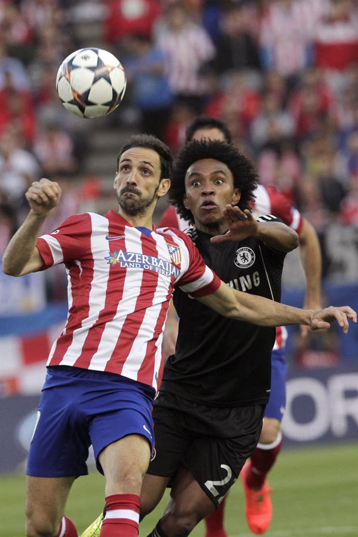 Los jugadores del Atlético de Madrid, Juanfran Torres (i), y del Chelsea, Willian (d). Foto: EFE