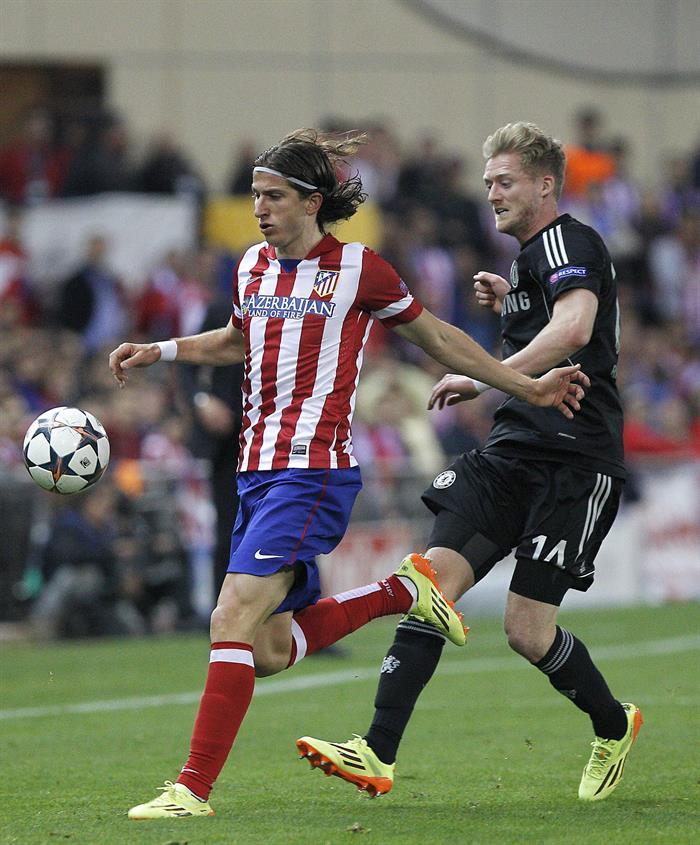 El defensa brasileño del Atlético de Madrid Filipe Luis (i) persigue el balón ante el alemán Andre Schurrle, del Chelsea. Foto: EFE