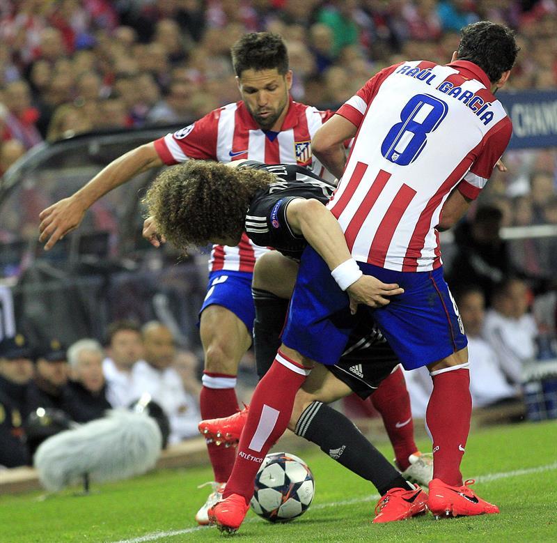 Los centrocampistas del Atlético de Madrid, el brasileño Diego Ribas da Cunha (i) y Raúl García (d), disputa un balón con el defensa brasileño del Chelsea David Luiz. Foto: EFE
