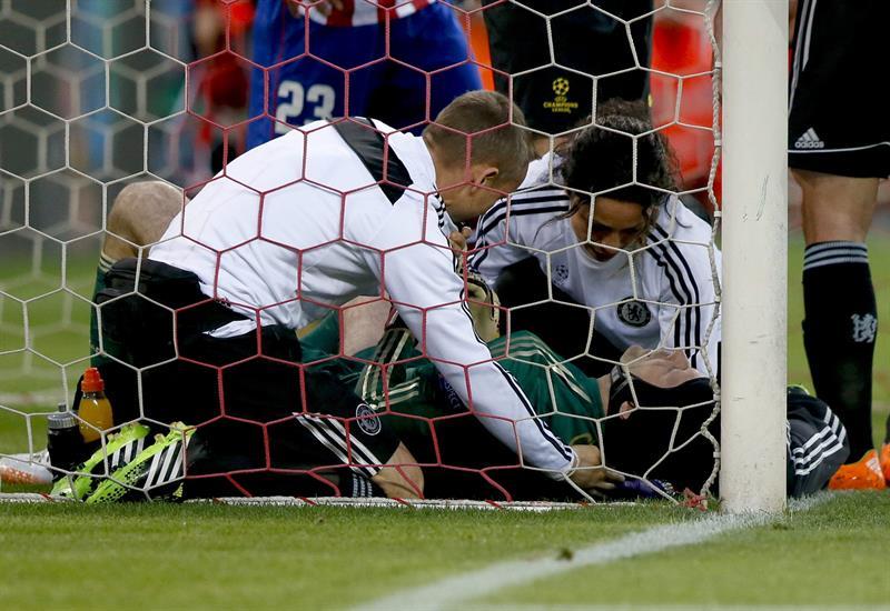 El portero checo del Chelsea Petr Cech es atendido en el suelo tras lesionarse al evitar un intento de gol. Foto: EFE