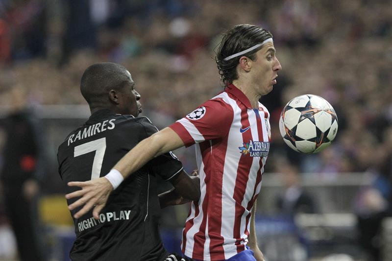 El defensa brasileño del Atlético de Madrid Filipe Luis (d) pelea un balón con el brasileño Ramires Santos, del Chelsea. Foto: EFE