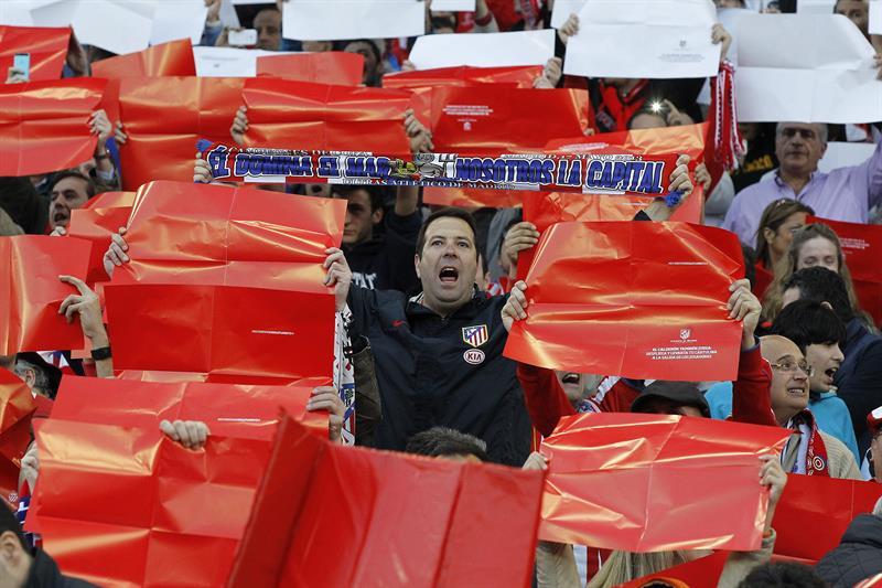 Aficionados del Atlético de Madrid realizan un mosaico. Foto: EFE