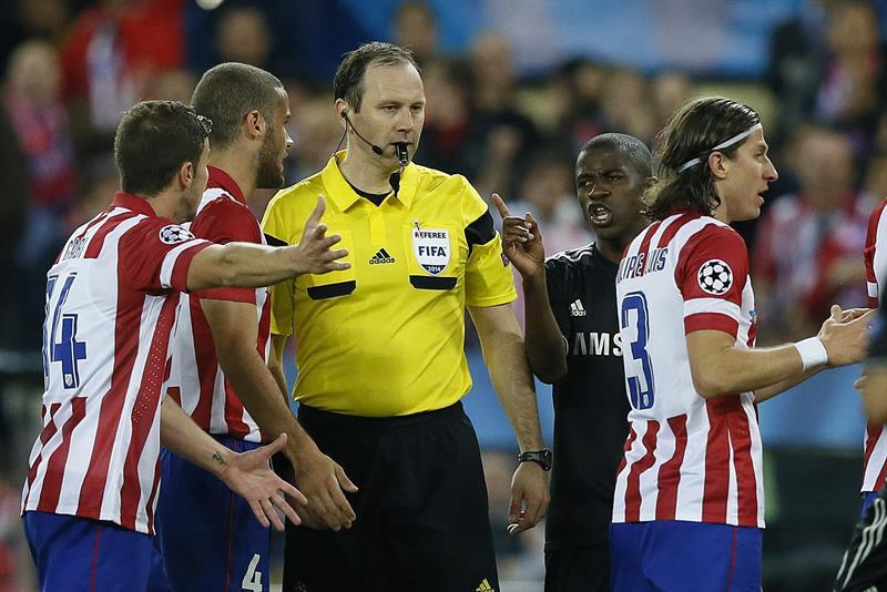 Los jugadores del Atlético de Madrid protestan al árbitro sueco Jonas Eriksson. Foto: EFE