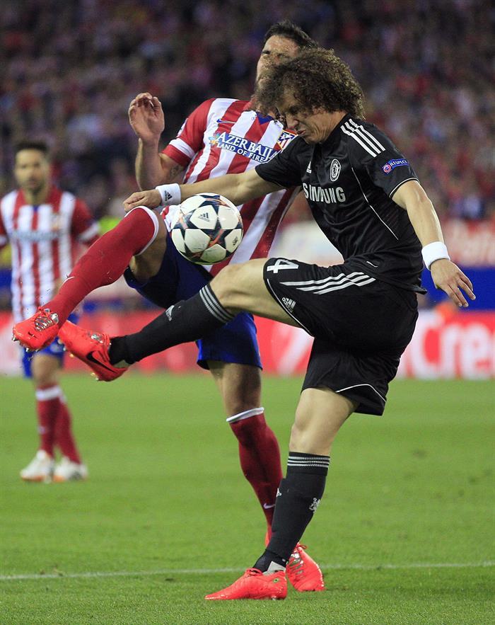 El centrocampista del Atlético de Madrid Raúl García (i) pelea un balón con el centrocampista brasileño del Chelsea David Luiz. Foto: EFE