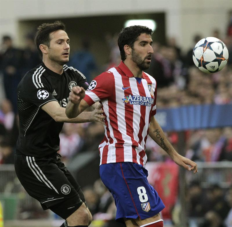 El centrocampista del Atlético de Madrid, Raúl García (d), controla la pelota ante el centrocampista del Chelsea, Frank Lampard (i). Foto: EFE