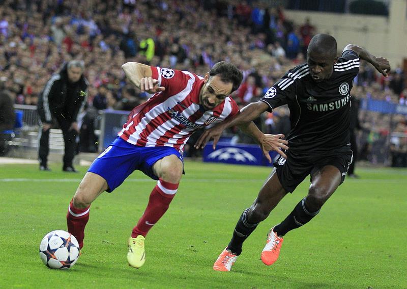 """El defensa del Atlético de Madrid """"Juanfran"""" Torres (i) disputa un balón con el centrocampista brasileño del Chelsea Ramires (d). Foto: EFE"""