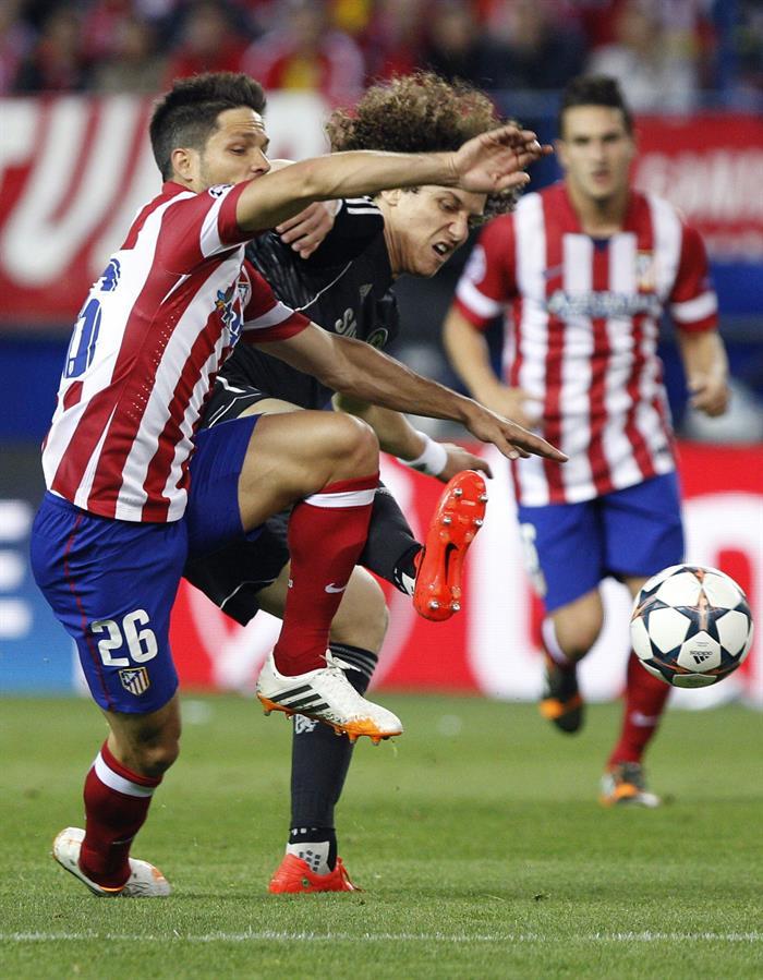 El centrocampista brasileño del Atlético de Madrid Diego Ribas (i) pelea un balón con el centrocampista brasileño del Chelsea David Luiz. Foto: EFE