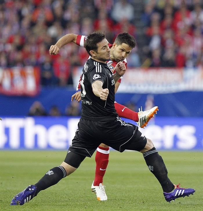 El delantero del Atlético de Madrid Diego Costa (d) disputa un balón con el centrocampista del Chelsea Frank Lampard (i). Foto: EFE