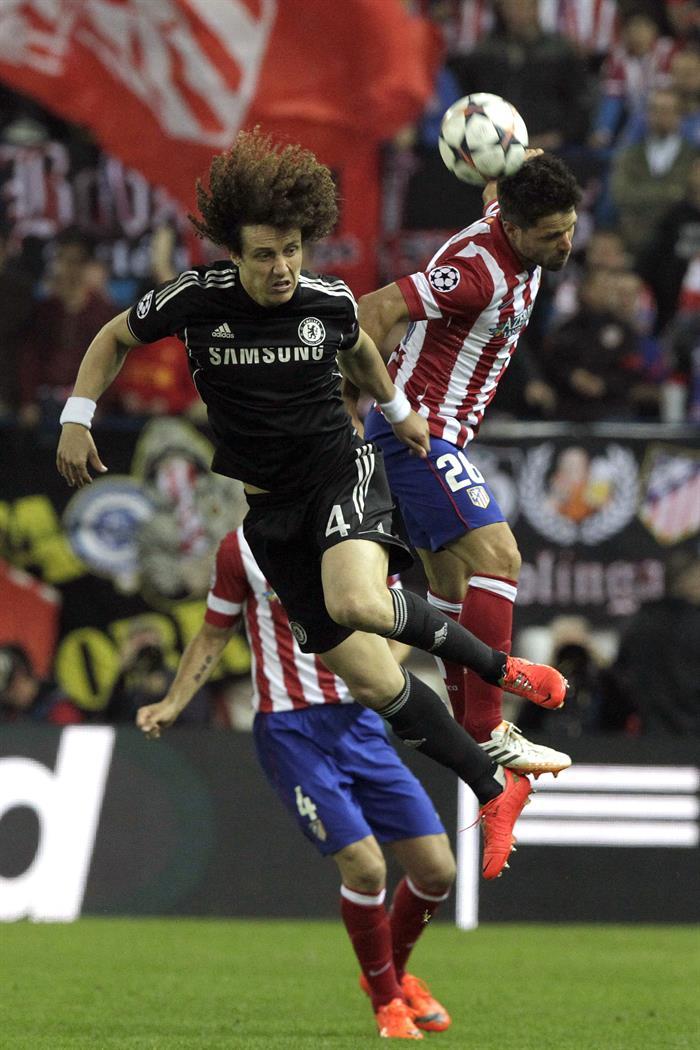 El centrocampista brasileño del Atlético de Madrid Diego Ribas (d) pelea un balón con el centrocampista brasileño del Chelsea Daviz Luiz. Foto: EFE