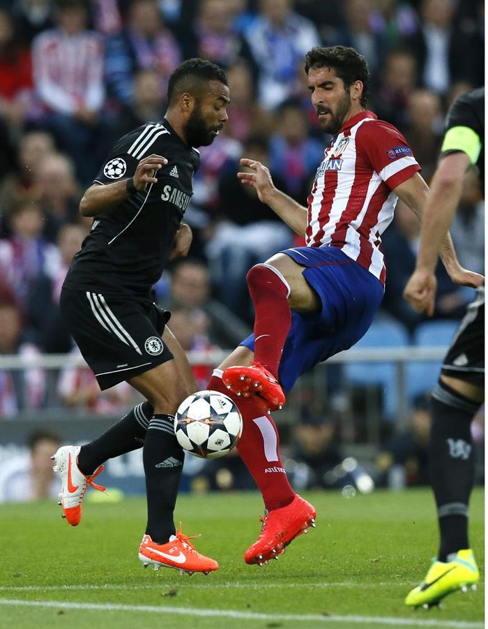 El defensa del Chelsea, Ashley Cole (i), y el centrocampista del Atlético Madrid, Raúl García. Foto: EFE