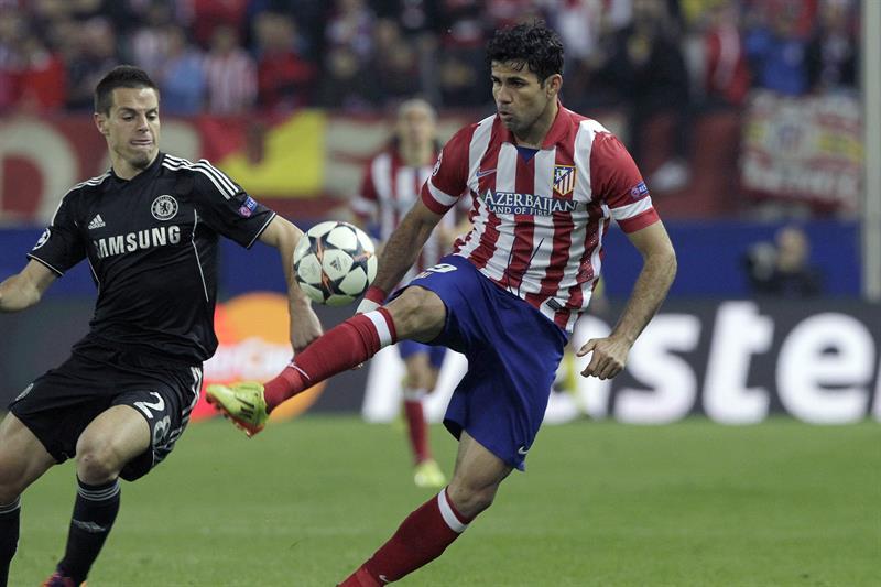 El delantero del Atlético de Madrid Diego Costa (d) pelea un balón con el defensa español del Chelsea César Azpilicueta. Foto: EFE