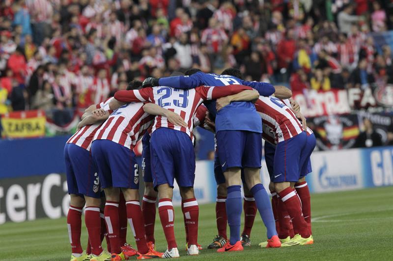 Los jugadores del Atlético de Madrid se agrupan antes del inicio del partido frente al Chelsea. Foto: EFE