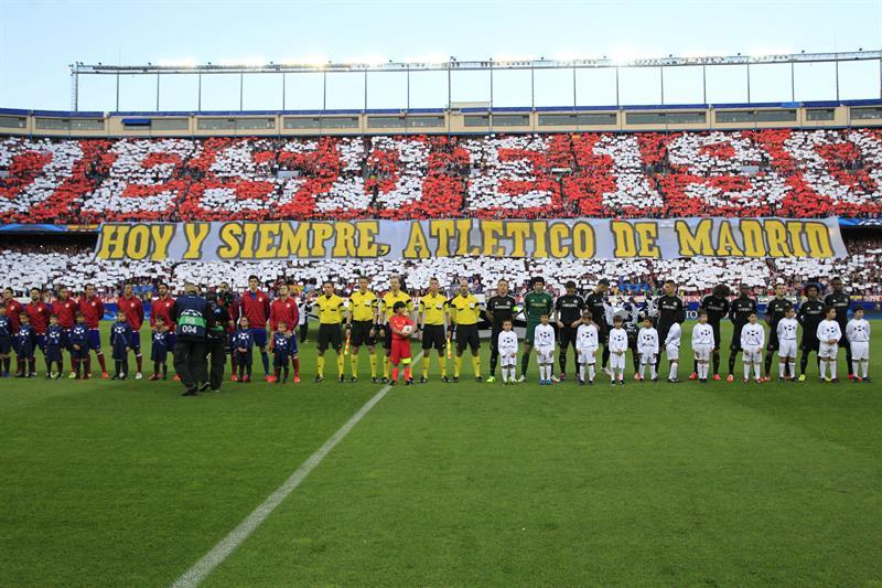 Los jugadores del Atlético de Madrid (i) y del Chelsea (d), al inicio del partido de ida de semifinales de la Liga de Campeones. Foto: EFE