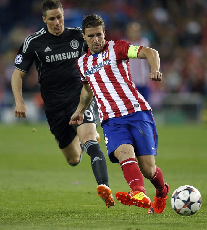 El centrocampista del Atlético de Madrid Gabi Fernández (d) pelea un balón con el delantero español del Chelsea Fernando Torres. Foto: EFE