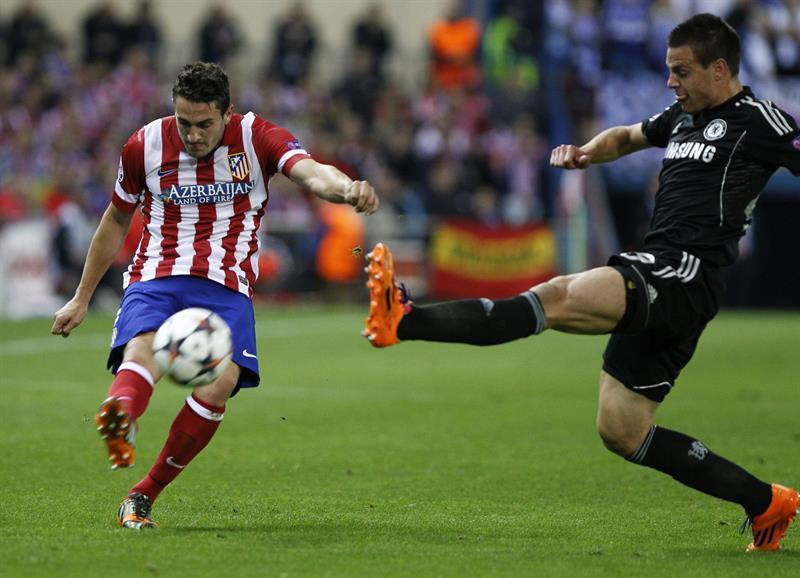 """El centrocampista del Atlético de Madrid """"Koke Resurrección"""" (i) pelea un balón con el defensa español del Chelsea César Azpilicueta. Foto: EFE"""
