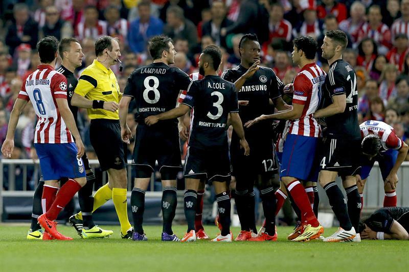 Jugadores del Atlético de Madrid y Chelsea discuten en un momento del partido de ida de semifinales de la Liga de Campeones. Foto: EFE
