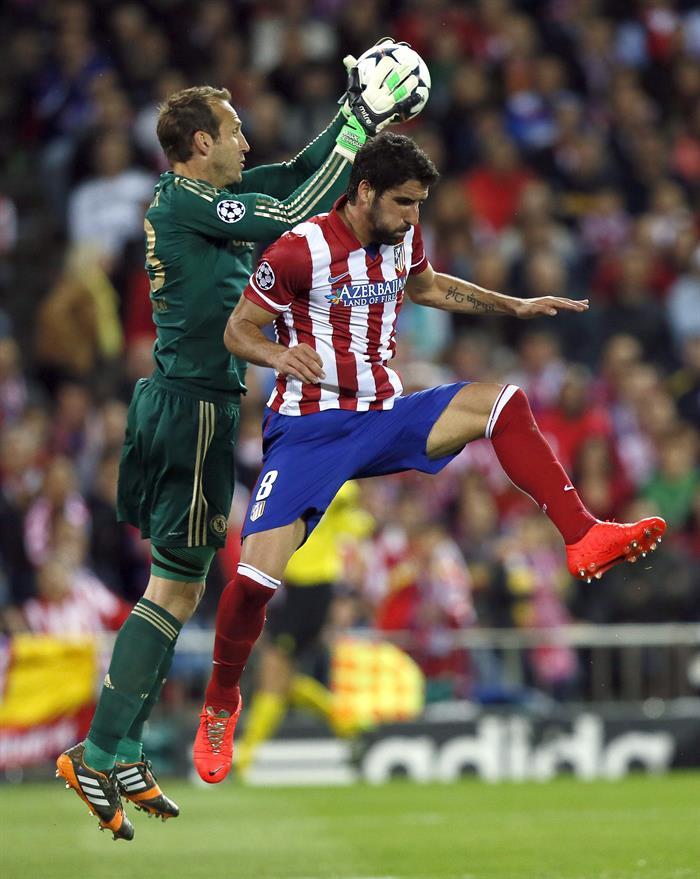El portero australiano del Chelsea, Mark Schwarzer (i) atrapa el balón ante el centrocampista del Atlético de Madrid Raúl García. Foto: EFE