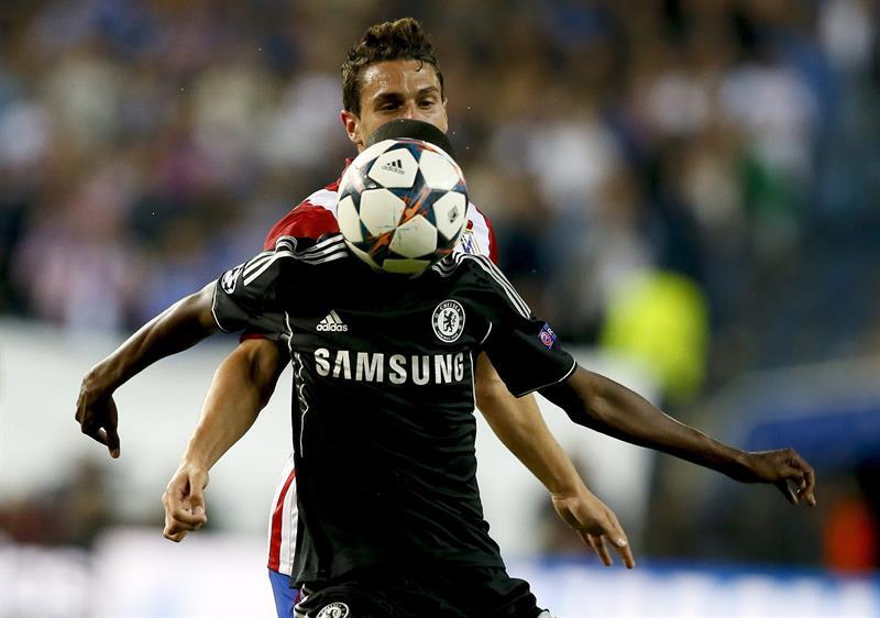 """El centrocampista del Atlético de Madrid """"Koke"""" Resurrección (detrás) pelea un balón con el centrocampista brasileño del Chelsea, Ramires do Nascimento. Foto: EFE"""
