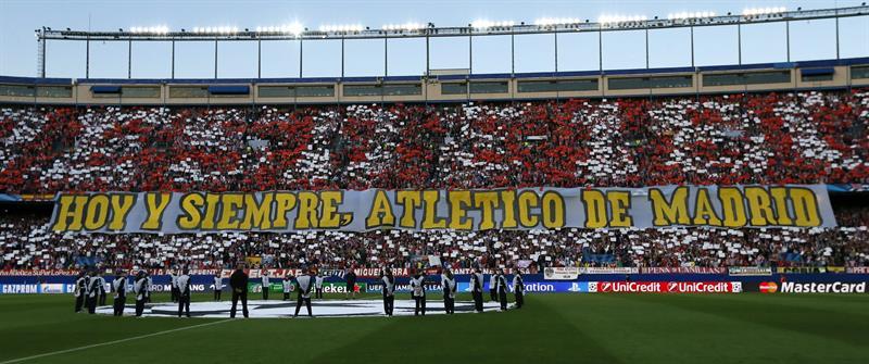 Los aficionados del Atlético de Madrid despliegan una pancarta de apoyo. Foto: EFE