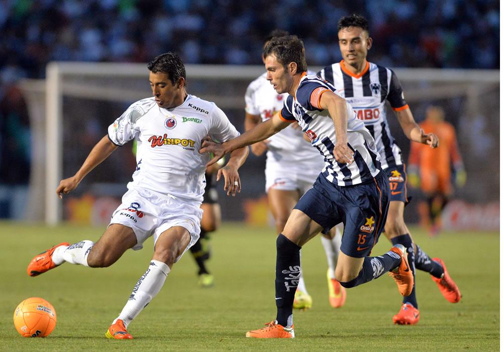 El jugador de Monterrey José Basanta (d) marca a Alfredo Moreno (i), de Veracruz. Foto: EFE