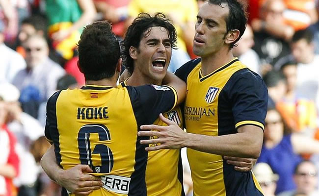 """Los jugadores del Atlético de Madrid """"Koke"""" Resurrección (i), Tiago Mendes (c) y Diego Godín celebran su victoria. Foto: EFE"""