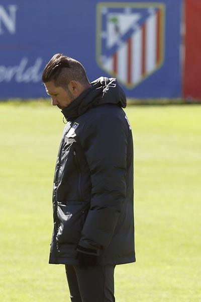 El entrenador del Atlético de Madrid, Diego Pablo Simeone, durante el entrenamiento. Foto: EFE