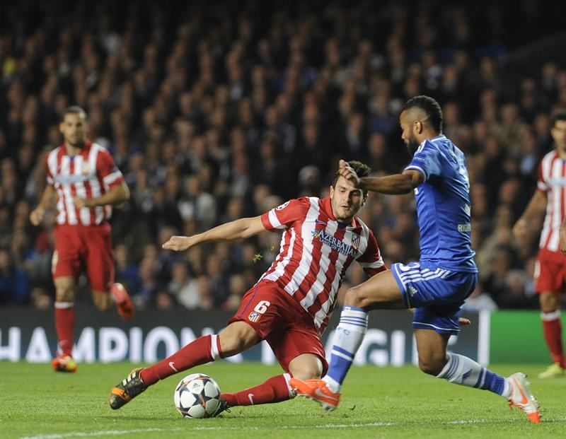El defensa del Chelsea Ashley Cole (d) lucha el balón con Koke Resurreción, del Atlético de Madrid. Foto: EFE