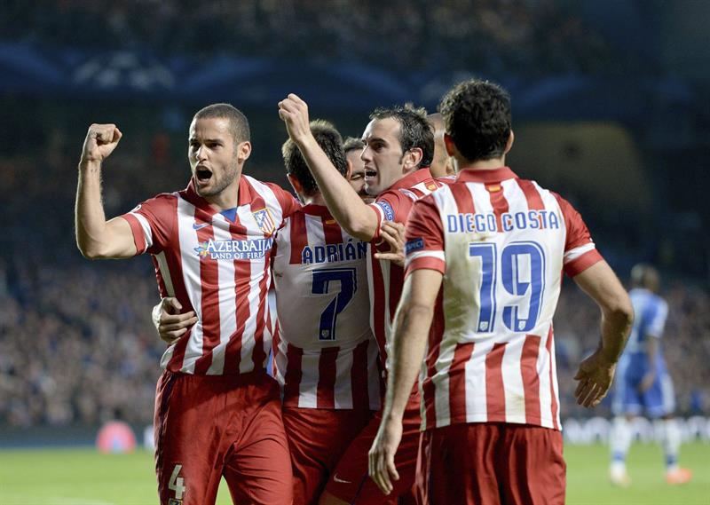 El delantero del Atlético de Madrid Adrián López (2i) celebra con sus compañeros Mario Suárez (i-d), Diego Godín y Diego Costa tras marcar el 1-1. Foto: EFE