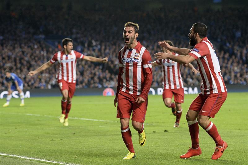 El delantero del Atlético de Madrid Adrián López (c) celebra con su compañero turco Arda Turán (d) tras marcar el 1-1 ante el Chelsea. Foto: EFE
