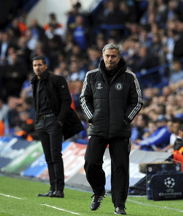 El entrenador de Chelsea, el portugués José Mourinho (d), y el del Atlético de Madrid, el argentino Diego Simeone. Foto: EFE
