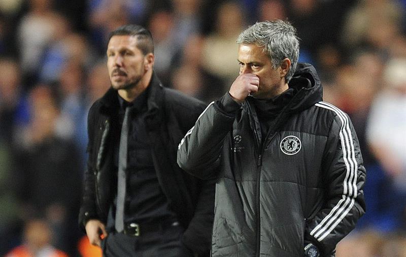 El entrenador de Chelsea, el portugués José Mourinho (d), y el entrenador del Atlético de Madrid, el argentino Diego Simeone (i). Foto: EFE