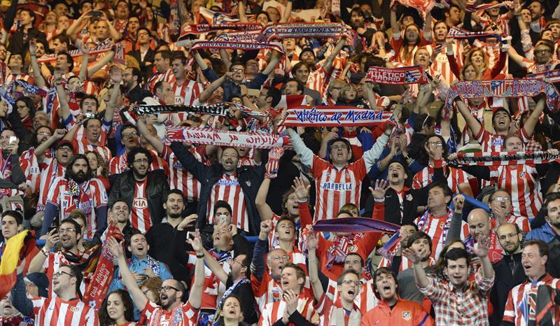 La afición del Atlético de Madrid celebra la victoria tras el partido de vuelta de semifinales de la Liga de Campeones. Foto: EFE