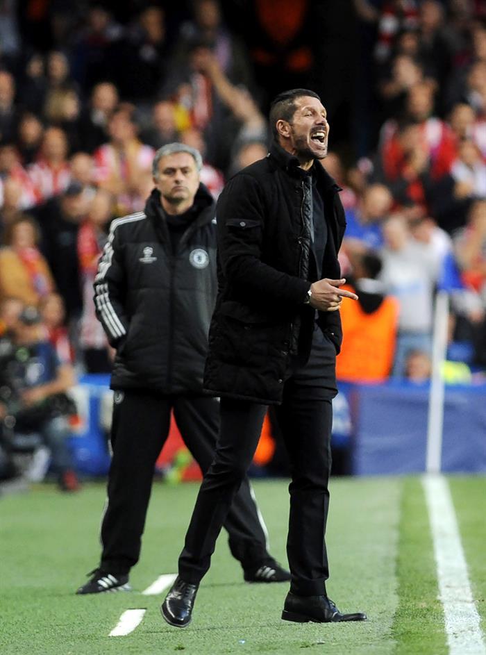 El entrenador de Chelsea, el portugués José Mourinho (i), y el del Atlético de Madrid, el argentino Diego Simeone (d). Foto: EFE