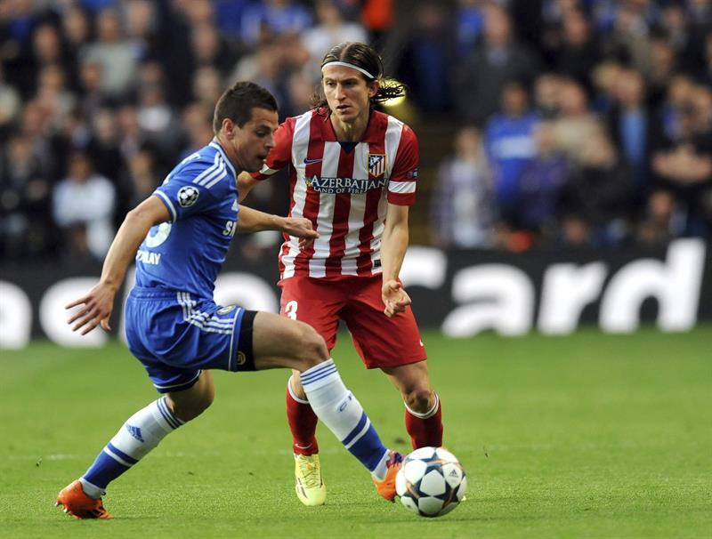 El defensa español del Chelsea Cesar Azpilicueta (i) intenta controlar el balón ante el lateral izquierdo brasileño del Atlético de Madrid Filipe Luis. Foto: EFE