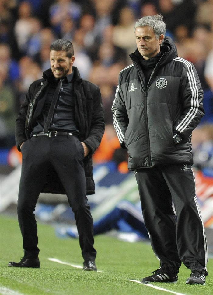 El entrenador de Chelsea, el portugués José Mourinho (d), y el del Atlético de Madrid, el argentino Diego Simeone (i). Foto: EFE